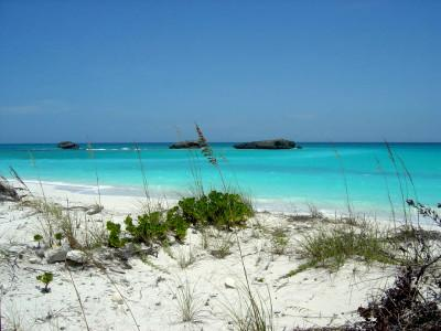 Plage des bahamas à Three sisters rocks, Great Exuma