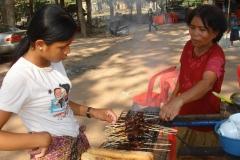 Cambodge, vendeuse de brochettes