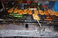 Thaïlande, Phuket, Patong, brochettes de poulet sucrées au BBQ