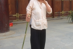 Vietnam, femme âgée et sa canne en bambou
