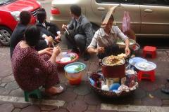 Vietnam, restaurant de rue, street food, nems en cuisson