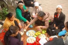 Vietnam, vendeuse de gateaux et de mangues