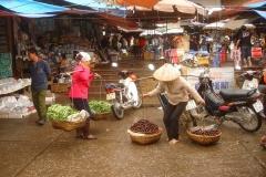 Vietnam, vendeuses sur nacelles à balanciers