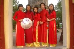 Vietnam, jeunes femmes en habits traditionnels vietnamiens