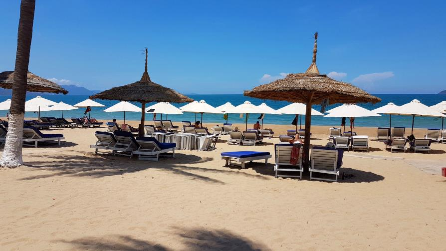 Nha Trang plage Vietnam parasols Novotel