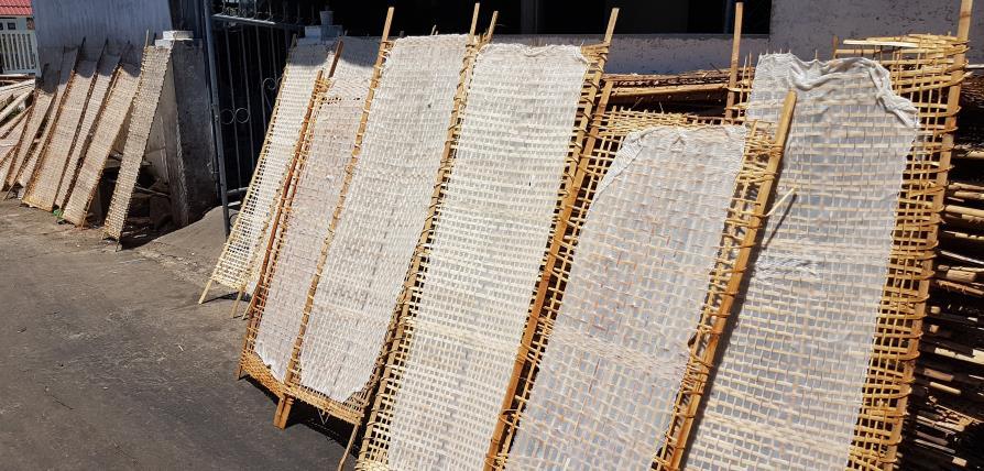 Séchage au soleil des nouilles de riz du Vietnam