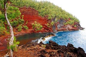 Plage de sable rouge de Kaihalulu à Maui Hawaï